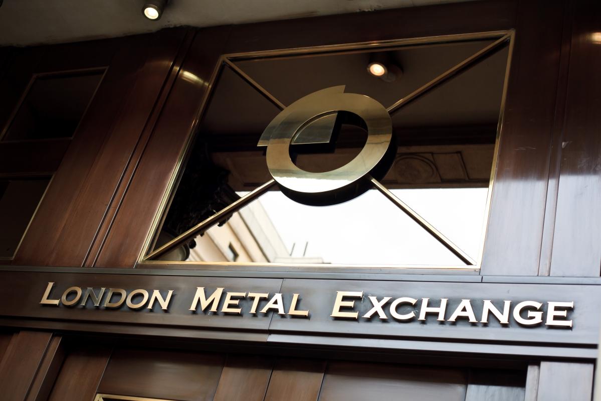 Логотип над входом в здание биржи