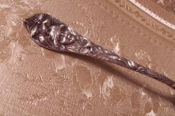 Серебряная ложка украшенная женской головкой