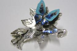 Бабочка на цветка из серебра