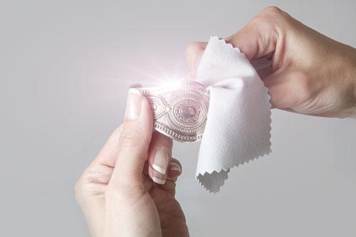 Чистка серебра специальной мягкой тканью