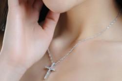 Крест на девушке