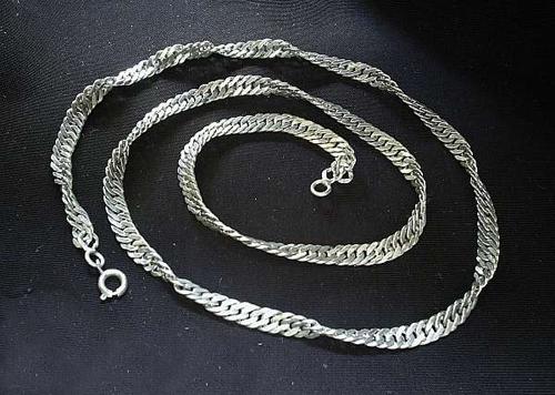 Серебряная цепочка, выполненная  «панцирным» плетением