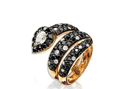 Серебряное кольцо со стразами.