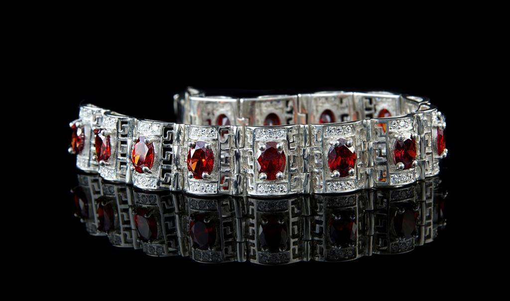 Серебряные украшения имеют некие омолаживающие и антисептические свойства