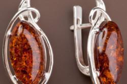Серебряные серьги с переливающимся изумрудом