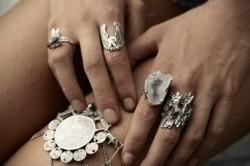 Украшения из серебра темнеют даже от соприкосновения с кожей.