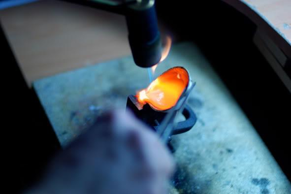 Вливание расплавленного серебря в форму