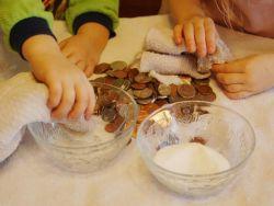 Чистка серебряных монет  лимонным соком