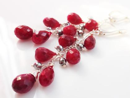 Серьги из серебра с натуральными рубинами и крошечными шариками гематита