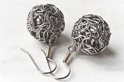 Серебряные серьги с плетеными бусинами
