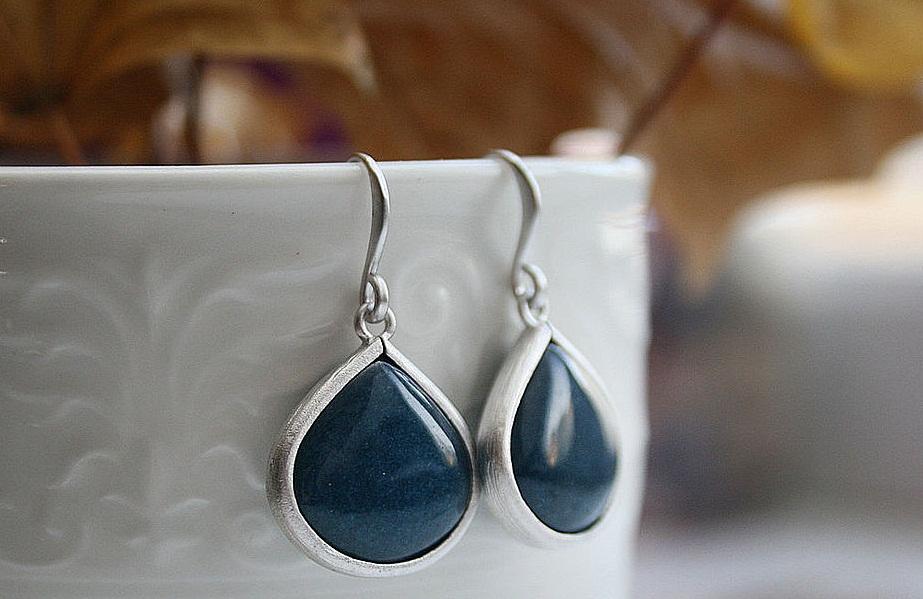 Серьги с нефритом темно-синего цвета