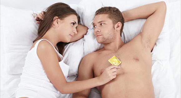 Девушка предлагает парню использовать презерватив