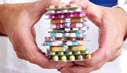 Большая стопка лекарств