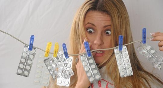 Девушка в шоке от количества лекарств